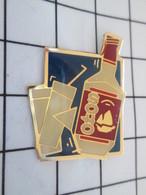 1418c Pin's Pins / Beau Et Rare / THEME : BOISSONS / BOUTEILLE D'ALCOOL SOHO - Bebidas