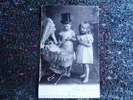 Couple D'enfants, Poupée Dans Un Landau, 1902    (B10) - Jeux Et Jouets