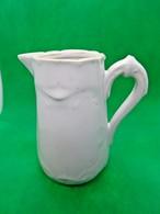 632 - Ancien Petit Pot Faïence Fine Blanche - Cartouche D'écusson En Relief - Glacis Poreux - Porselein & Ceramiek