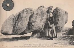 29-COUTUMES, MOEURS ET COSTUMES BRETONS   Pierre Sacrées Des Druides Donnant Aux Femmes Stériles Le Bonheur D'ètre Mères - People