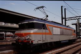 Photo Diapo Diapositive Train Wagon Locomotive Electrique SNCF BB 7372 à Paris Gare De Lyon Le 31 Juillet 1996 VOIR ZOOM - Diapositives