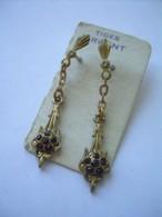 Anciennes BOUCLES D'OREILLES PENDANTES Années 1950..Tiges En ARGENT, METAL DORE, VERRE Couleur RUBIS - Earrings