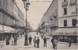 BANQUE DE FRANCE- VICHY RUE DE PARIS ( LA BANQUE EST LE BATIMENT A GAUCHE *) - Banken