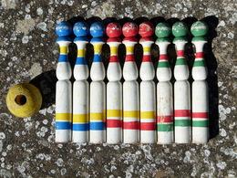 Jeu En Bois De 3 X 3 Quilles + Boule. Hauteur Des Quilles 20 Cm, Diamètre 2,8 Cm. Vintage, Rétro, Oldschool, Nostalgie. - Toy Memorabilia