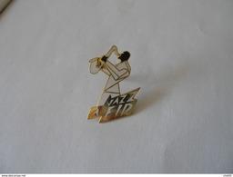 Rare Pin's JAZZ A FIP RADIO FRANCE INTER PARIS - Medias