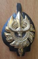 Insigne / Broche Militaire à Identifier - Trident Et Roue - Sur Morceau De Cuir Ou Simili-cuir - Métal Doré - Army