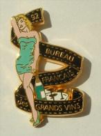PIN'S PIN'UP MARILYN MONROE ROBE VERTE BUREAU FRANCAIS DES VIN.ARTHUS BERTRAND - Pin-Ups