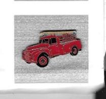 Pin's  Sapeurs  Pompiers  Camion  Rouge  Avec  échelle  Sur  Le  Toit - Firemen