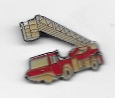 Pin's  Sapeurs  Pompiers  Camion  Rouge  Avec  échelle  Déployée  Signé  LA  BOITE  A  PINS - Firemen