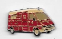 Pin's  Ville, Médical, MÉDECIN  Sapeurs  Pompiers  De  PARIS, RÉANIMATION  Camion  RENAULT  Rouge - Firemen