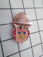 2119 Pin's Pins / Beau Et Rare / THEME : POMPIERS / SAPEURS POMPIERS SAINT QUELQUE CHOSE - Firemen