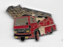 Pin's  Sapeurs  Pompiers, Véhicule  RENAULT  SAVIEM  Rouge  Avec  échelle - Firemen