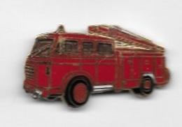 Pin's  Doré  Sapeurs  Pompiers, Camion  Rouge  Avec  échelle - Firemen