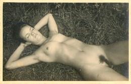CARTE PHOTO FEMME TOTALEMENT NU SUR L'HERBE NAKED NU EROTISME EROTICISM CURIOSA PHOTO ARTISTIQUE WOMAN - Fine Nudes (adults < 1960)