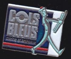 65392-Pin's-.Militaire.Armée.Cols Bleus Est Le Magazine écrit De La Marine Nationale Française. - Militares