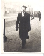 MARSEILLE  HOMME MARCHE 6.2. 1949  NEIGE ?  TRAMWAY - Places