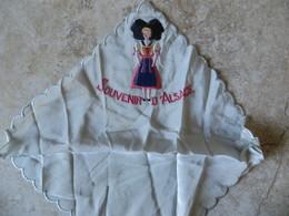 Linge / Petite Pochette Brodée ALSACE Costume Folklorique Souvenir D' Alsace Format Carré 17 Cm/17 Cm Env - Mouchoirs