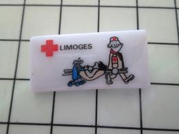115A Pin's Pins / Beau Et Rare / THEME : MEDICAL / Céramique Ou Porcelaine Limoges LIMOGES CROIX ROUGE BRANCARDIER - Medical