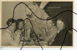 PHOTOGRAPHIE ANIMÉE. OURS BLANC Déguisé A Table Dans Un Restaurant. Station De Ski ? - Foto's