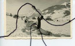 PHOTOGRAPHIE ANIMÉE. OURS BLANC Déguisé A Cote D'une Femme  . Station De Ski . Neige - Foto's