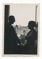 PHOTO ANCIENNE Couple Amour Love Contre Jour Ombre Fenêtre Lumière Portrait Photographie Rire Sourire - Anonymous Persons