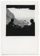 PHOTO ANCIENNE Capri Mer Homme Deux Hommes Contre Jour Ombre Terrase Lumière Portrait Photographie Paysage - Anonymous Persons