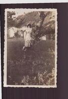 Photo ( 8.5 X 6 Cm ) Femme Portant Un Chapeau Accoudée à Un Arbre - Places
