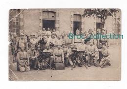 Carte-photo D'un  Groupe De Militaires Et Mitrailleuses, 107 Sur Cols, Photographe Non Mentionné - Personnages
