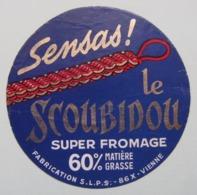 Etiquette Fromage - Le Scoubidou Rouge - Fromagerie S.L.P.S 86 X En Poitou - Vienne   A Voir ! - Fromage
