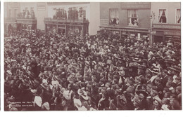 PC PROCLAIMING THE NEW KING AT LYMINGTON MAY 9  1910 NUMERO 4  CROWD Men  KODAKS JAMES WEEKS CUTLER & UMBRELLA - England