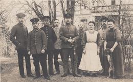 CARTE PHOTO ALLEMANDE - GUERRE 14 -18 -SOLDATS ALLEMANDS AVEC DEUX FEMMES ET CHIEN - War 1914-18