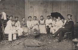 CARTE PHOTO ALLEMANDE - GUERRE 14 -18 - MARINE ALLEMANDE - ÉPLUCHAGE DE POMMES DE TERRE - KAISERLICHE MARINE - TOP - War 1914-18