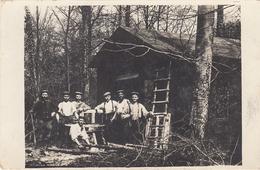 CARTE PHOTO ALLEMANDE - GUERRE 14 -18 - SOLDATS ALLEMANDS DEVANT UNE HUTTE EN BOIS - Oorlog 1914-18