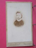 Photographie - Jeune Femme - Photo Sur Carton épais 6,3x10,5 - Photographe Guichard à Périgueux - Recto-verso - Persone Identificate