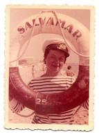 Photo Originale , Souvenir , Femme Habillée En Marin Avec Une Bouée, Dim. 6.0 Cm X 9.0 Cm - Anonyme Personen