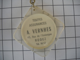 1127   Porte Clefs  A. VERNHES Toutes Assurances 43 Rue De L'embergue 12 Rodez         Tacot Au Verso - Schlüsselanhänger