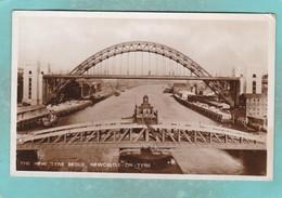 Small Postcard Of The New Tyne Bridge,Newcastle-upon-Tyne,Northumberland,England,K87. - Newcastle-upon-Tyne