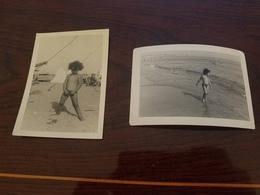 2 Photos Originales Enfant Garcon Maillot De Bain A La Plage Uriner Annee 50 - Erotiques (...-1960)
