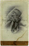 Portrait Post-Mortem D'un Enfant. Cabinet Portrait. Tirage Original Au Citrate. C 1895    FG1473 - Persone Identificate