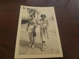 Photo Originale Deux Femmes Pin-up En Maillot De Bain  A Venise A  La Plage Le Lido 1950 - Pin-ups