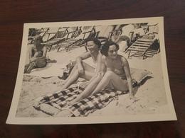 Photo Originale Deux Femmes Pin-up En Maillot De Bain  A  La Plage Cannes 1953 - Pin-ups
