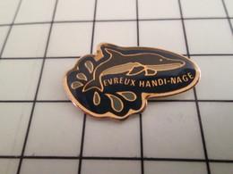 115a Pin's Pins / Beau Et Rare / THEME : SPORTS / NATATION REQUIN EVREUX HANDI NAGE - Natation