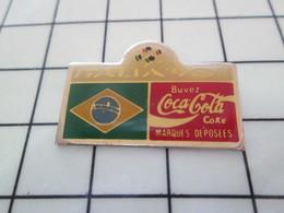 414b Pin's Pins / Beau Et Rare / THEME : COCA-COLA / MONDIAL FOOT ITALIE 90 DRAPEAU BRESIL - Coca-Cola