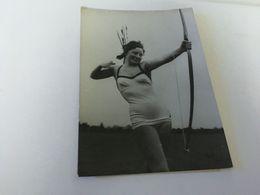 P4 -  Jeunesse Et Grace ; Miss Betty Bradley Agée De 17 Ans ,archére, Exécute Un Tir à L'Arc Au Palladium De Londres - Tir à L'Arc