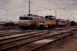 Photo Diapo Diapositive Train Wagon Locomotive Electrique SNCF 7283 Et Locotracteur 8206 à Montargis En 1988 VOIR ZOOM - Diapositives (slides)