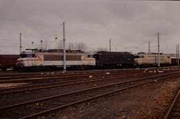 Photo Diapo Diapositive Slide Train Wagon Locomotive Electrique SNCF 22200 8100 7200 à Montargis En 1988 VOIR ZOOM - Diapositives (slides)