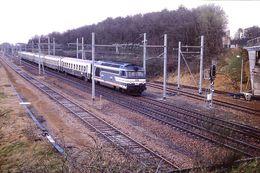 Photo Diapo Diapositive Slide Train Wagon Locomotive Diesel Train Voyageurs SNCF à Montargis En 1988 VOIR ZOOM - Diapositives (slides)