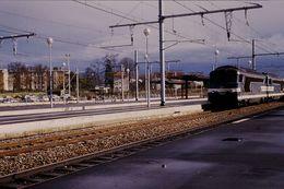 Photo Diapo Diapositive Slide Train Wagon Locomotive Diesel SNCF à Quai à Montargis En 1988 VOIR ZOOM - Diapositives (slides)