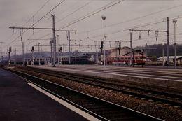 Photo Diapo Diapositive Slide Train Wagon Locomotive Electrique 2D2 Avec Train De Voyageurs à Montargis En 1988 VOIRZOOM - Diapositives (slides)