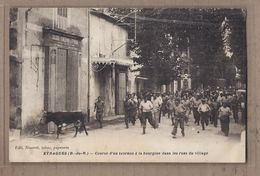 CPA 13 - EYRAGUES - Course D'un Taureau à La Bourgine Dans Les Rues Du Village TB ANIMATION Tauromachie CENTRE - France